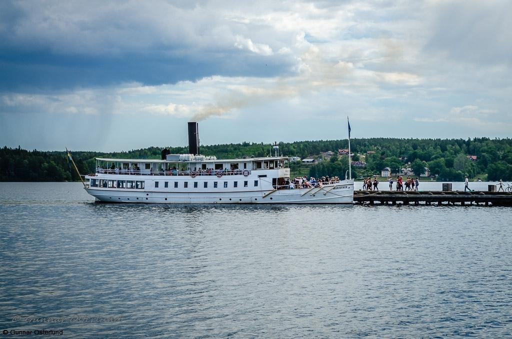 Passagerare går ombord på s/s Mariefred inför båtresan.