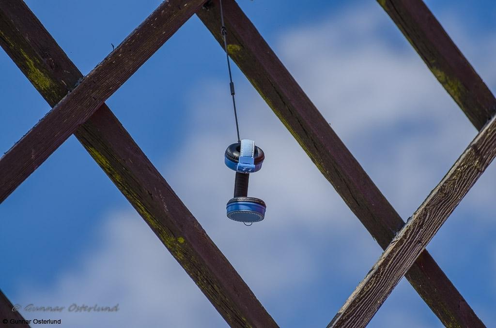 Någon har lyckats placera ett par hörlurar i en av väderkvarnens vingar.
