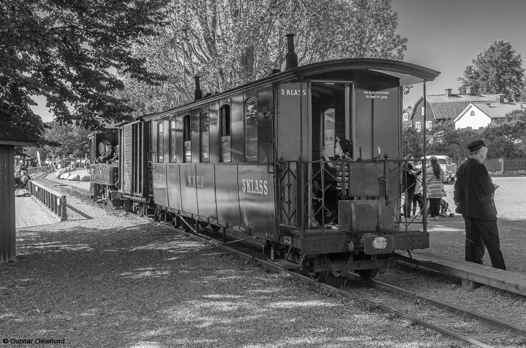 Tåget inväntar passagerarna som kommer med ångfartyget Mariefred.