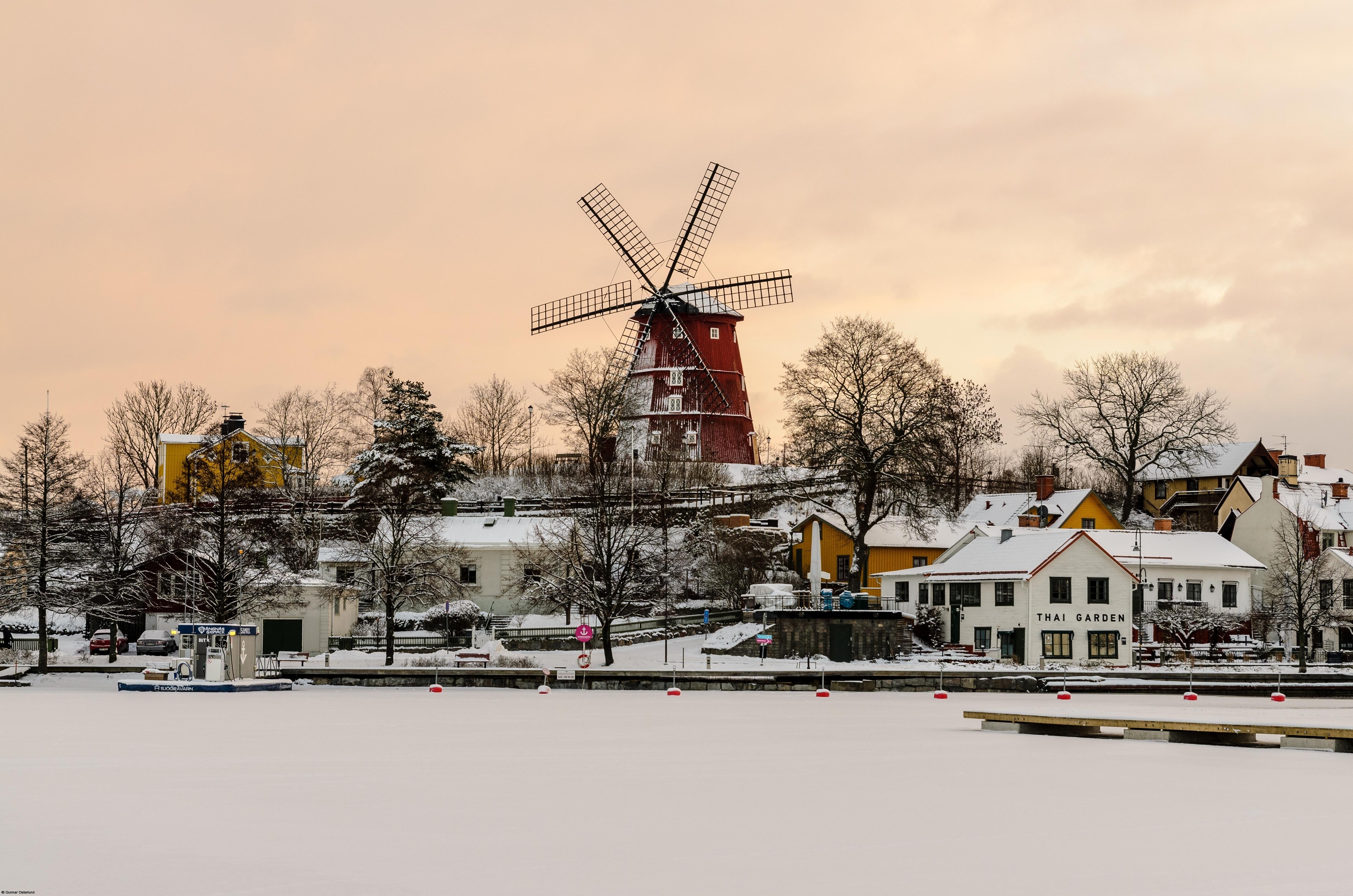 En vintereftermiddag i Strängnäs. Den gamla väderkvarnen vakar över småbåtshamnen.