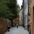 En ensam man i Gamla stan i Stockholm.