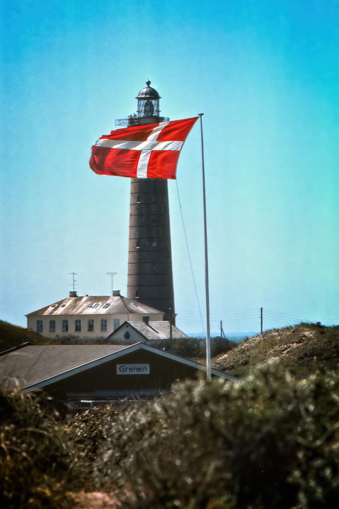 Danska flaggan och Skagens fyr.