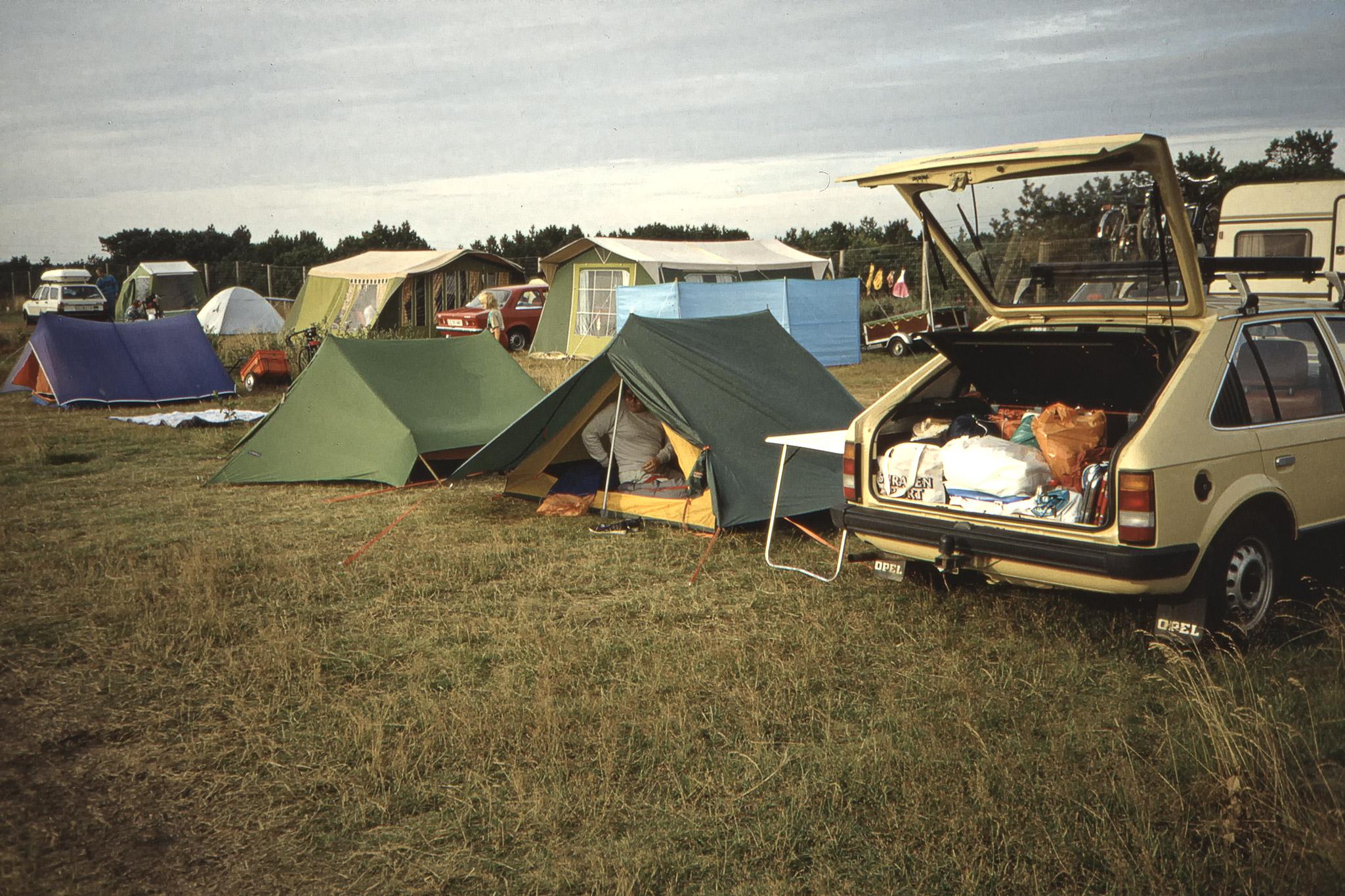 Bilen och tälten på campingplatsen utanför Jönköping.
