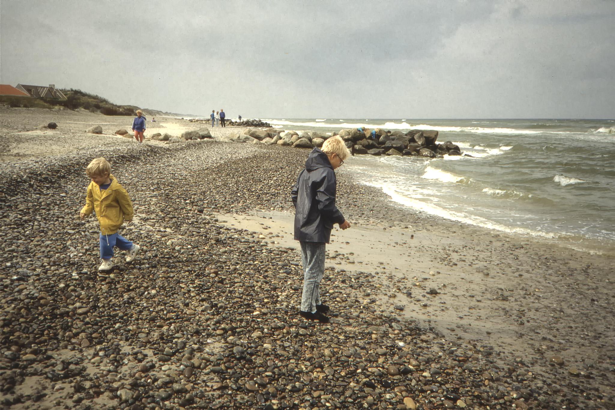 Arvid och Fredrik på stranden.