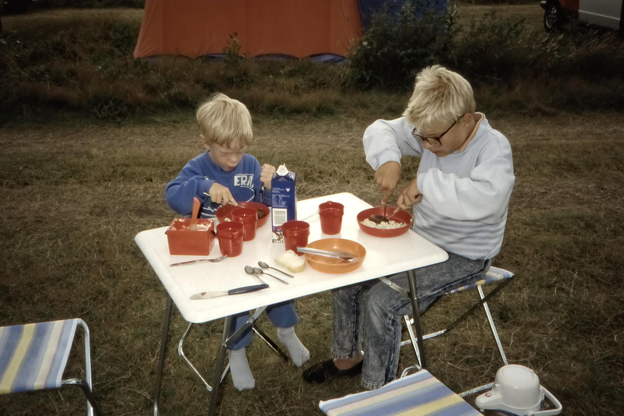 Arvid och Fredrik äter kvällsmat vid tältet i Skagen.