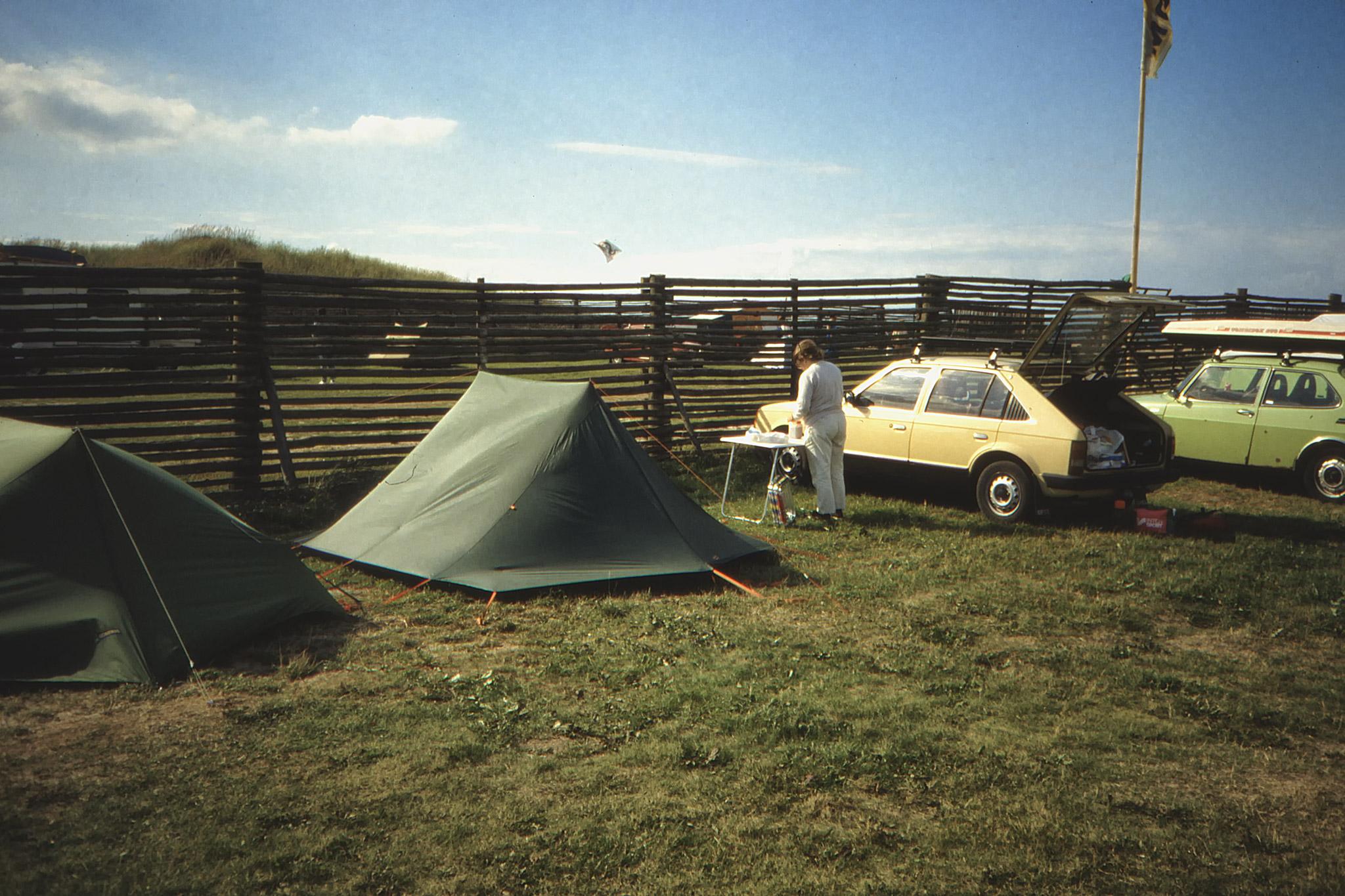 Bilen och tälten på campingen vid Lökken.