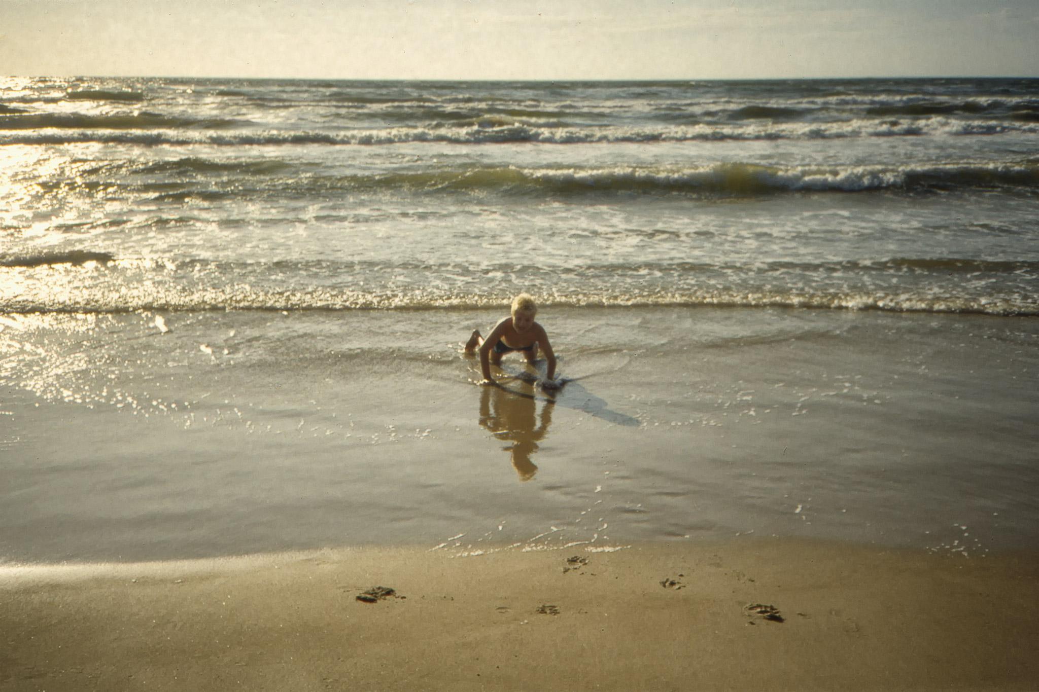 Fredrik badar vid Lökken.