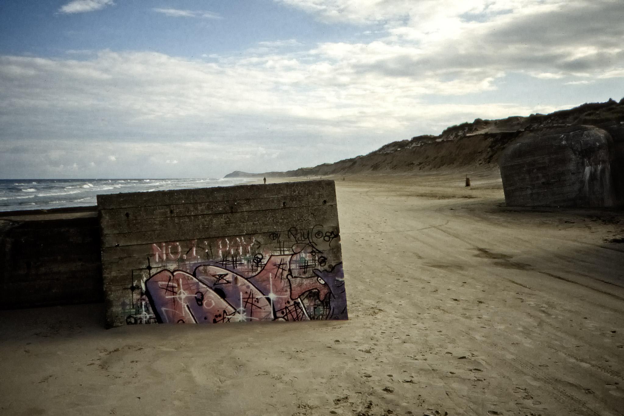 Rester av Hitlers Atlantvall på stranden vid Lökken.