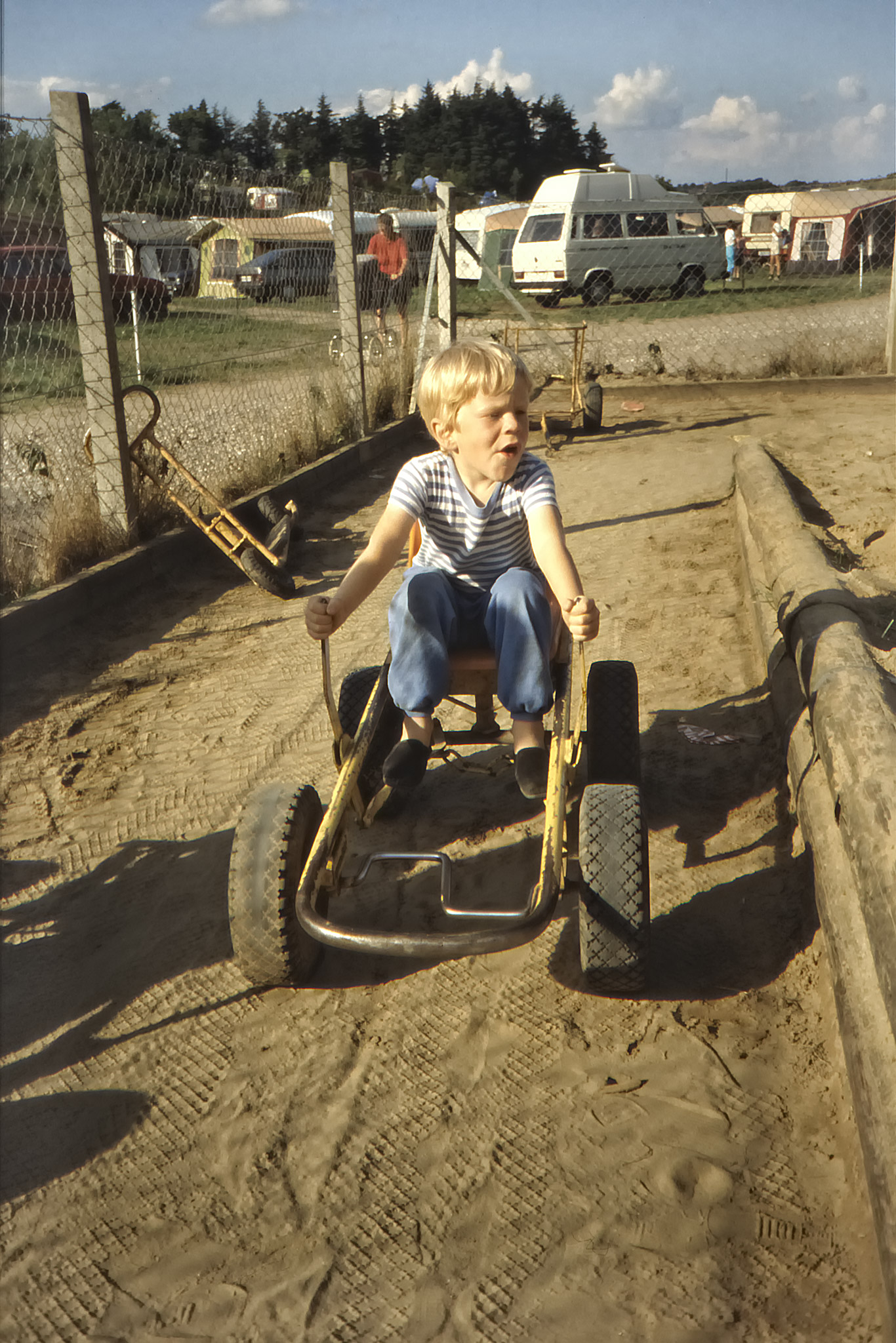 Arvid kör trampbil på Jespershus Camping.