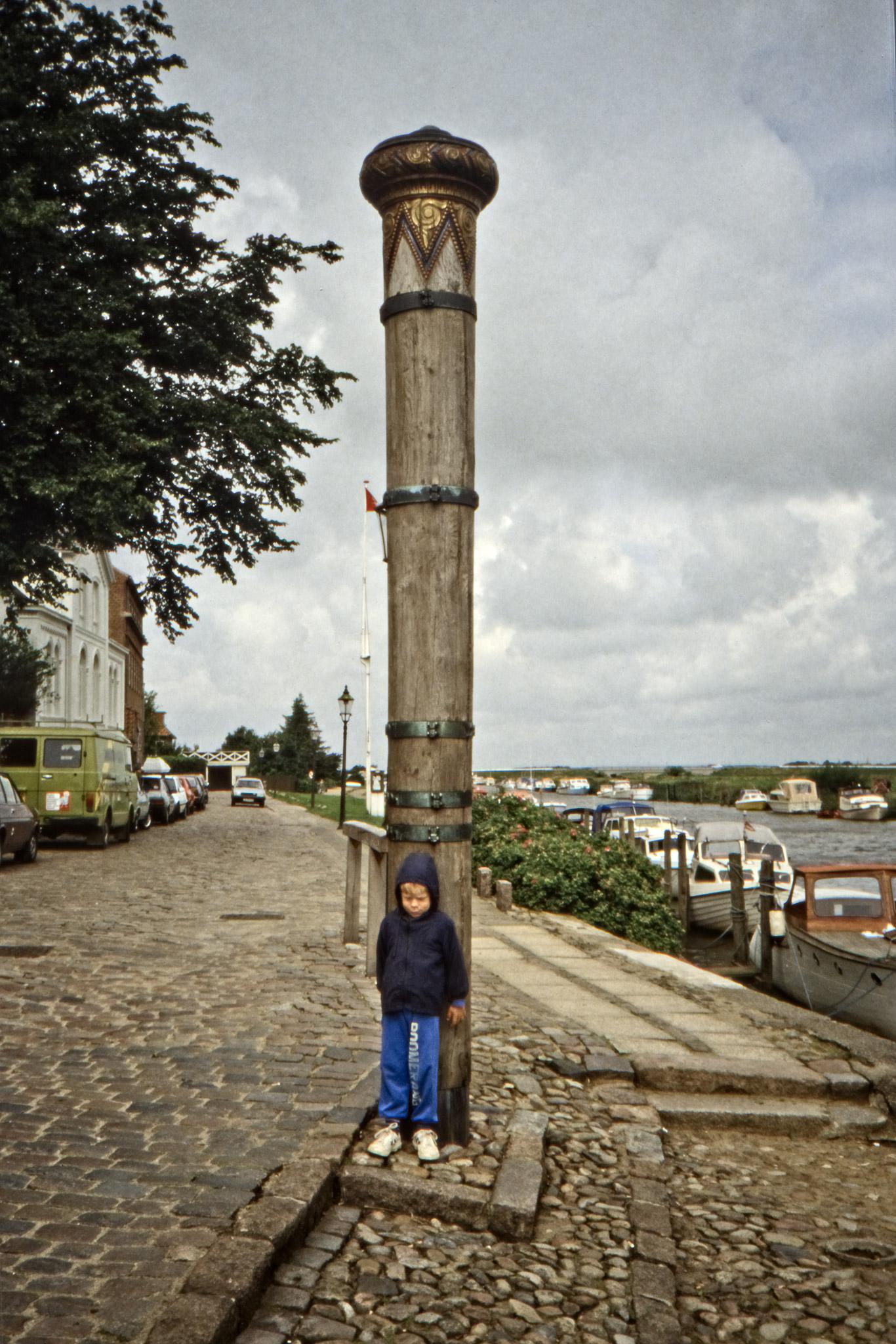Arvid och stormflodsstötten i Ribes hamn.