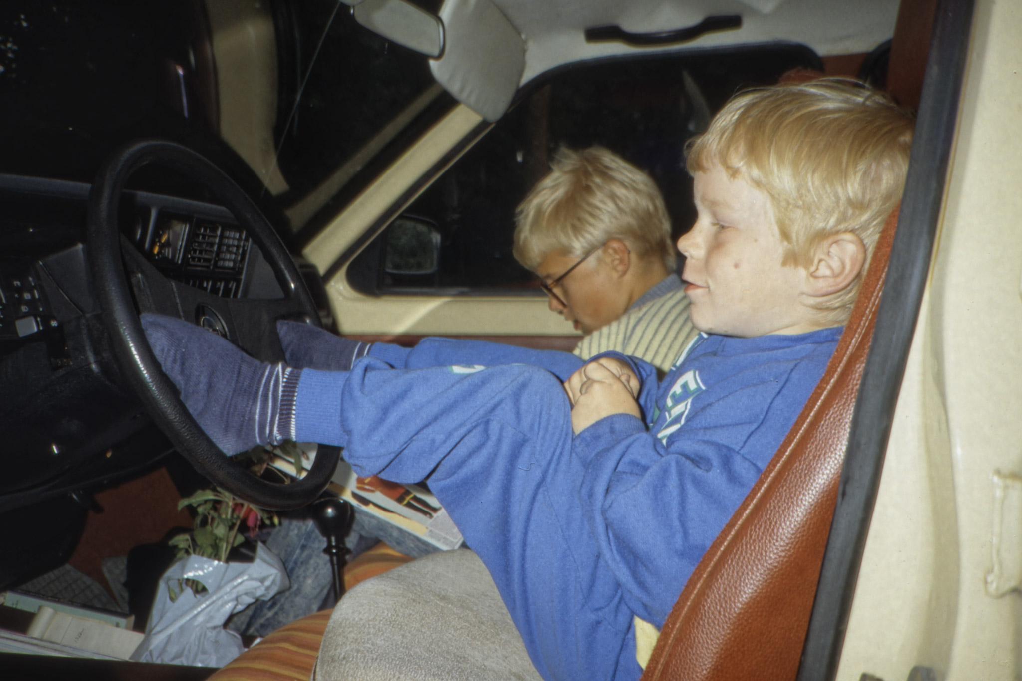 Arvid och Fredrik slappar i bilen på campingplatsen i Aabenraa.