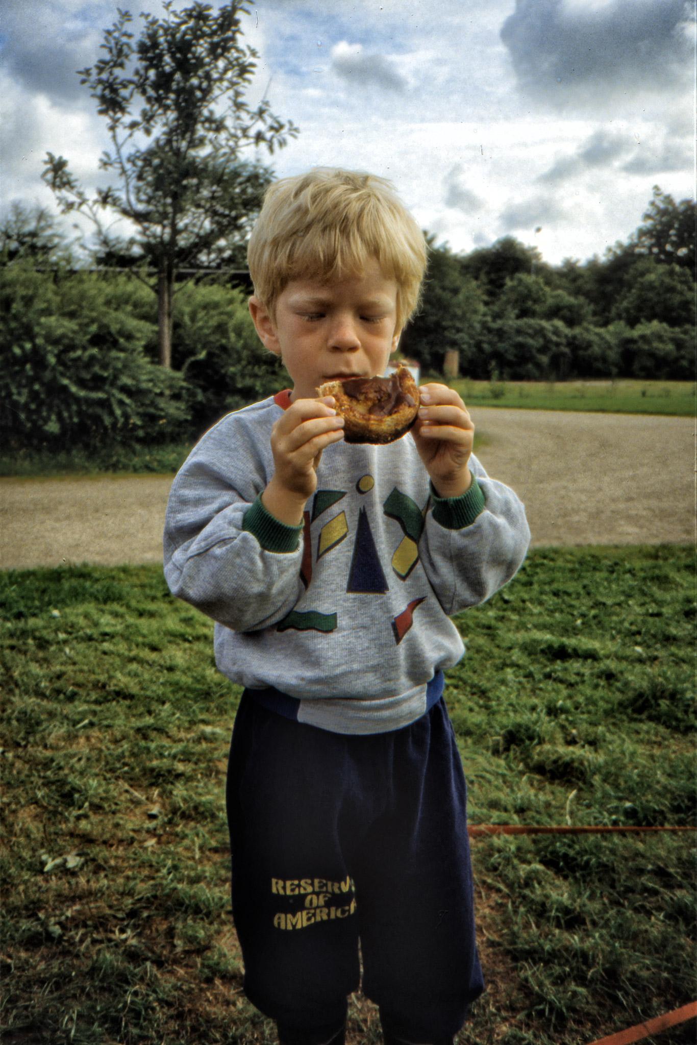 Arvid äter danskt wienerbröd.