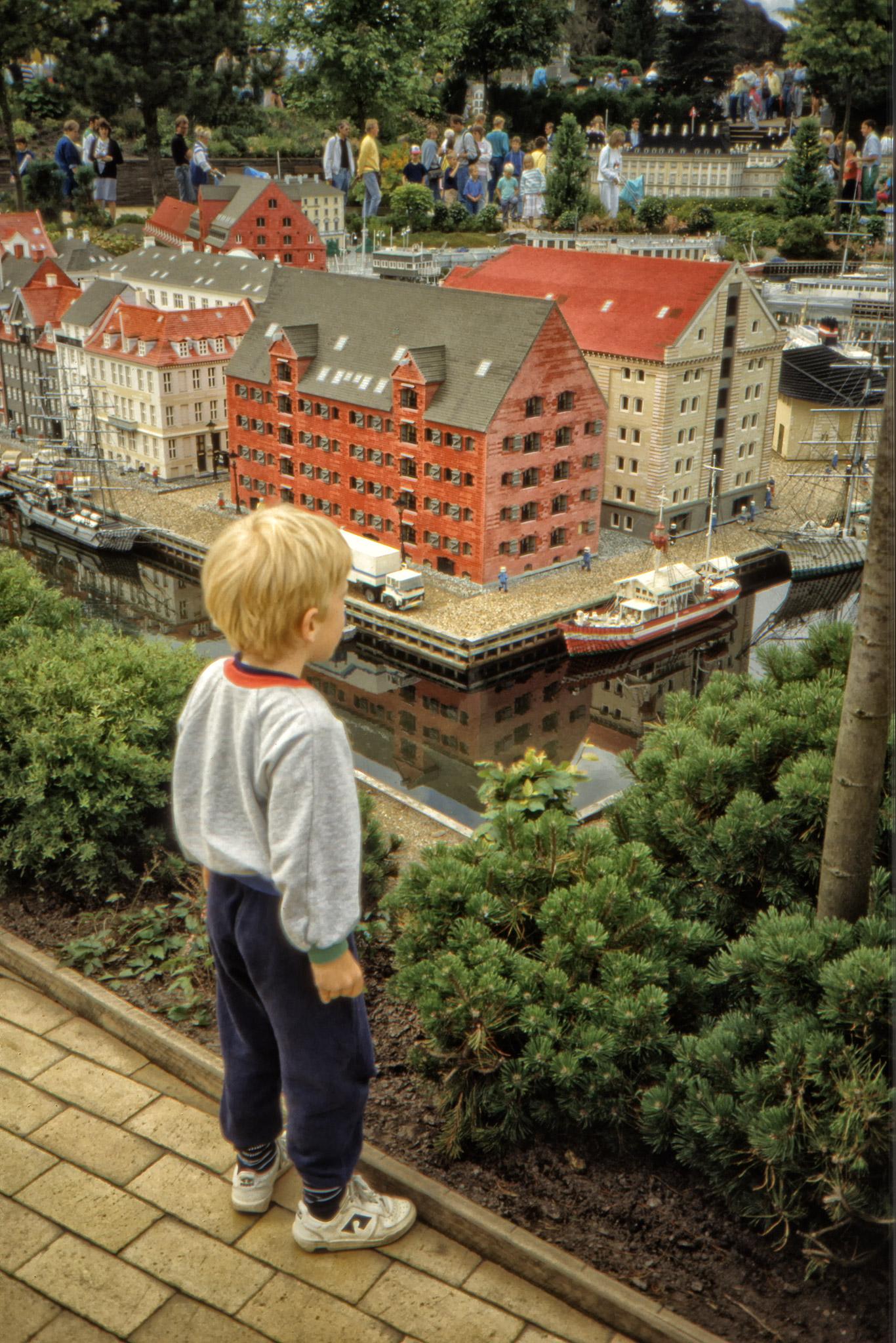 Arvid ser på bebyggelsen i Legoland.