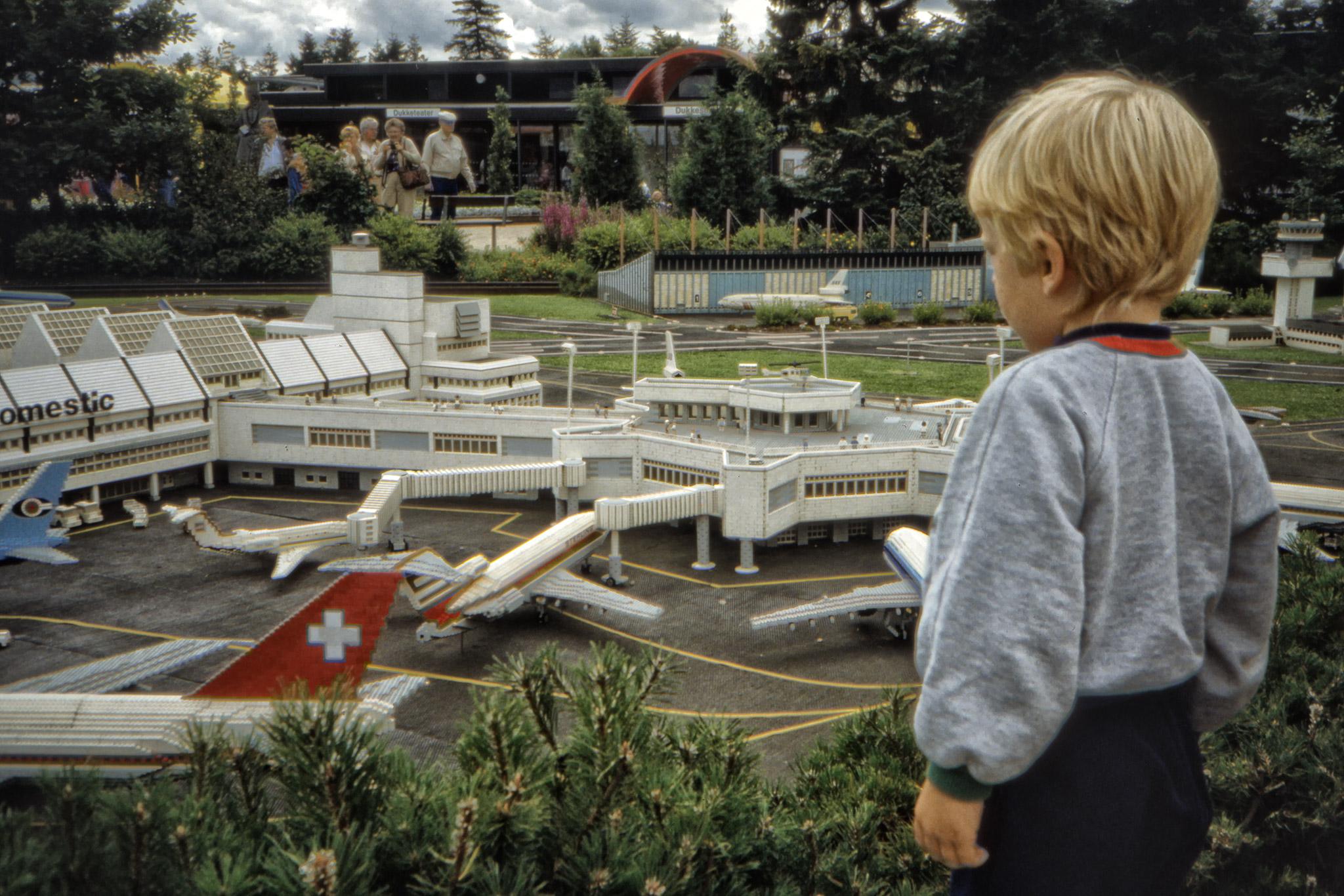 Arvid ser på Legolands Airport.