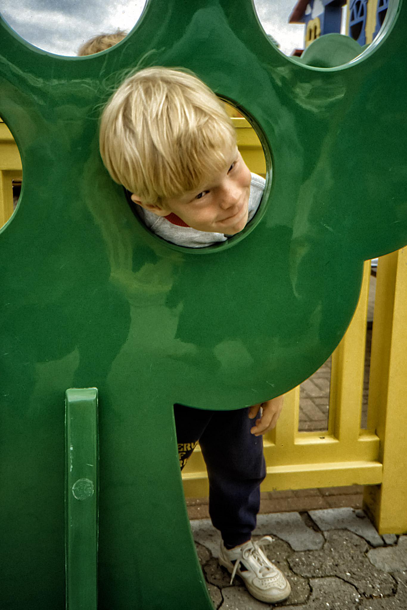 Arvid i spexartagen på Legoland.