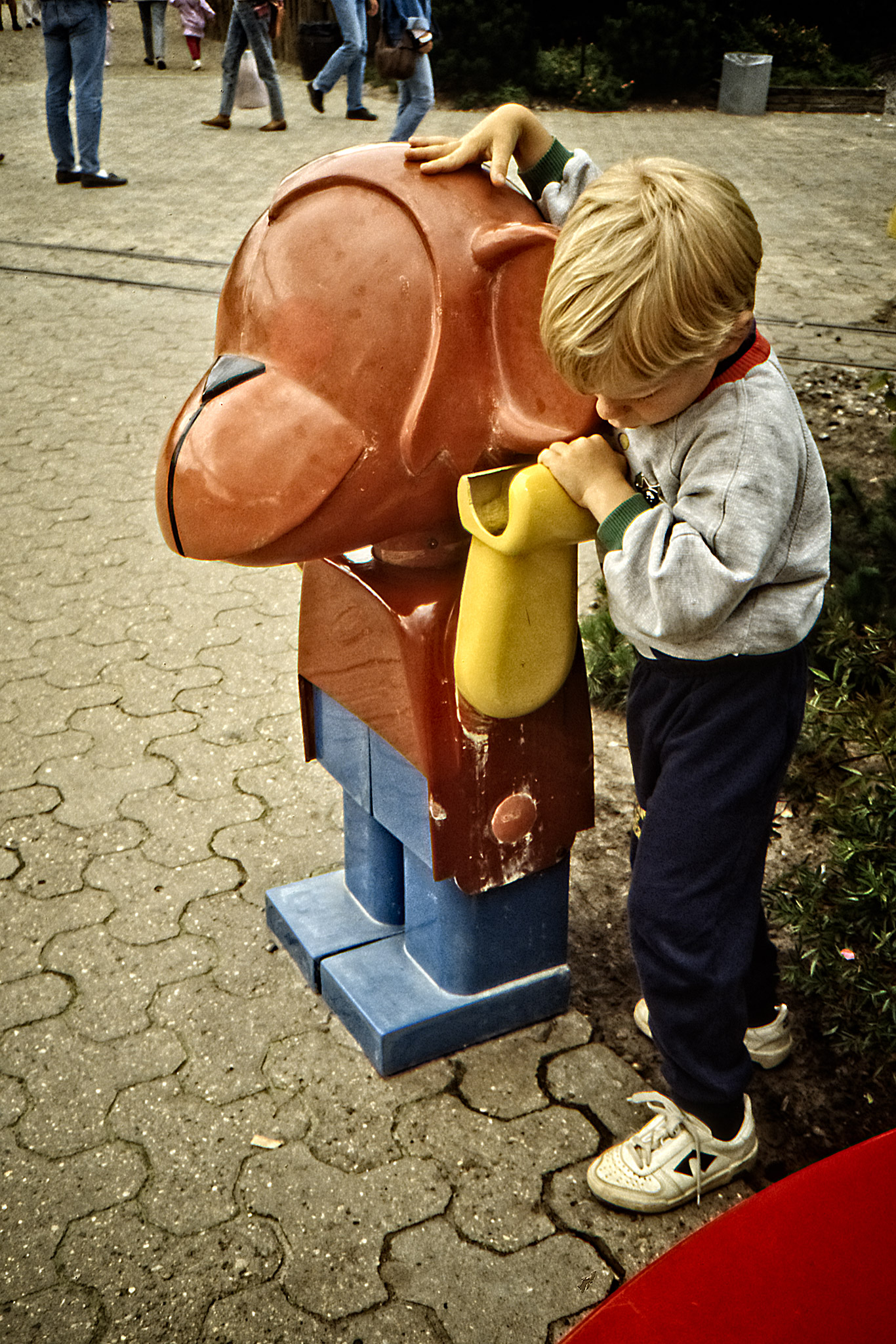 Arvid och en duploapa på Legoland.