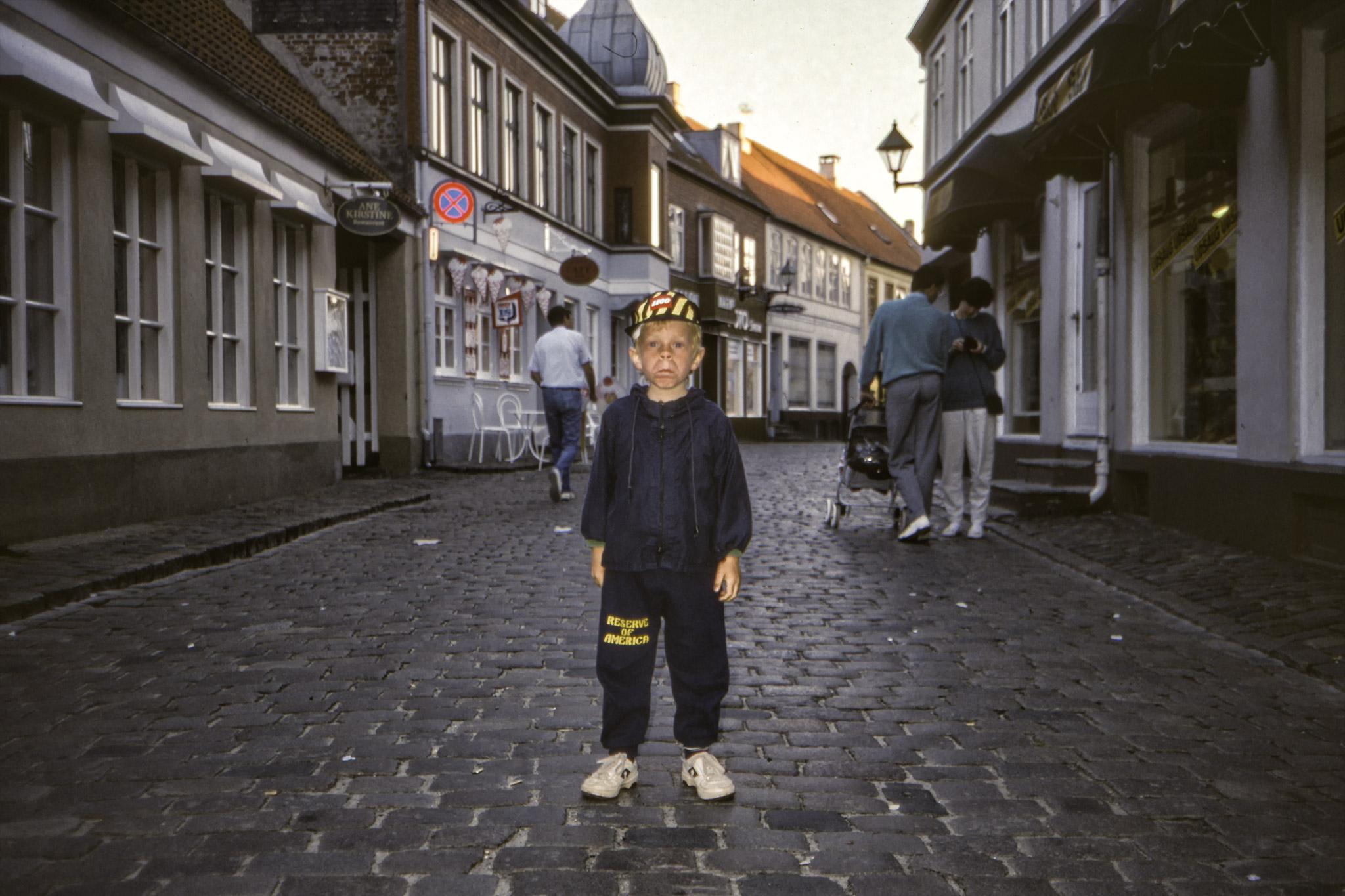 Arvid mitt i gatan står.