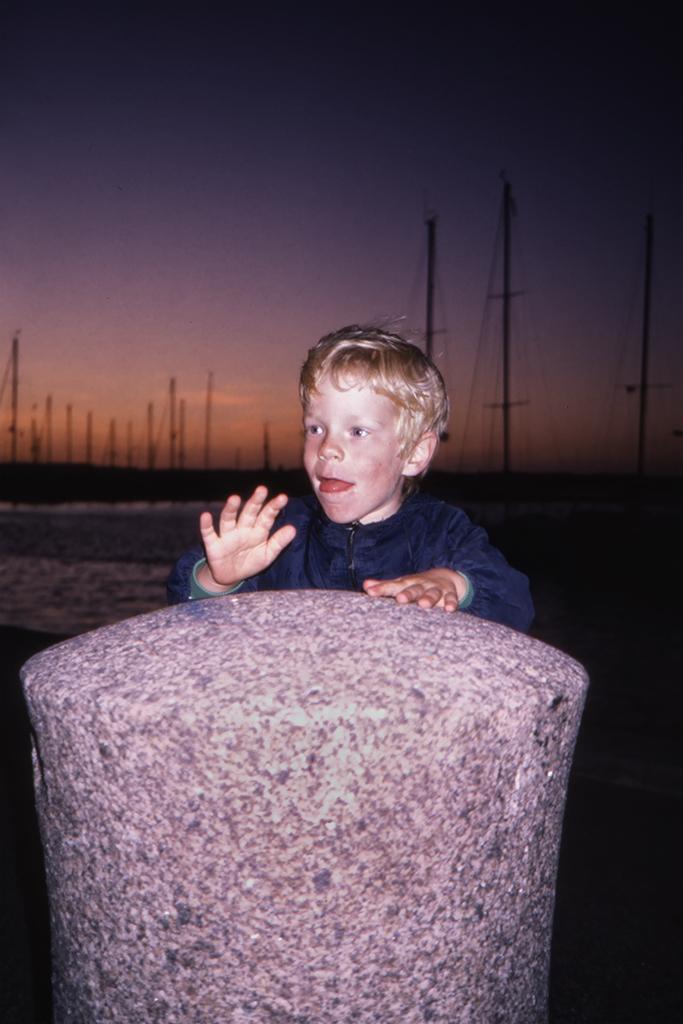 Arvid trummar på en stenpollare.