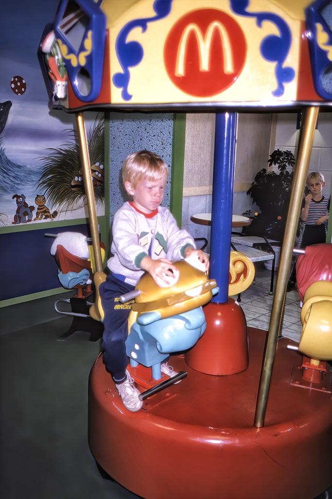 Arvid åker karusell inne på McDonalds.