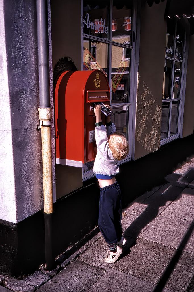 Arvid postar vykort i Saeby.