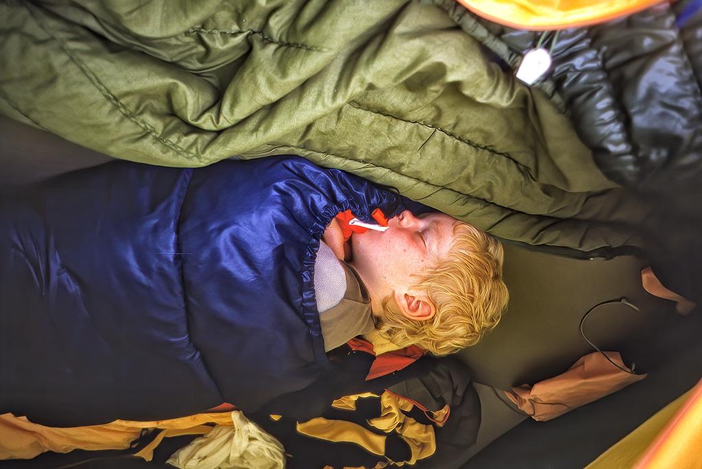 Arvid sover i tältet.