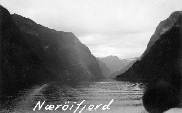 En typisk norsk fjord med sina höga branta fjällsidor