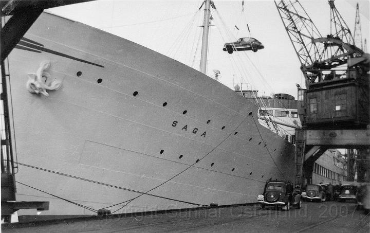 En bil lyfts ombord på Saga for vidare färd mot England.