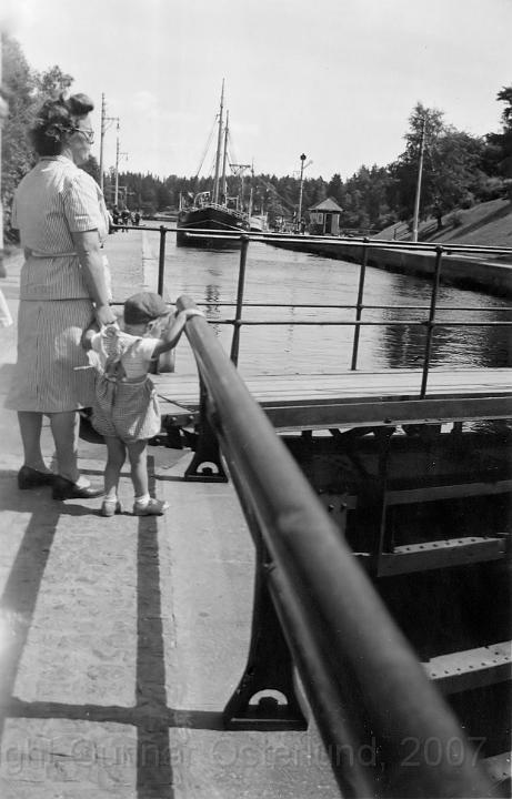 Jag och min mamma vid slussen i Trollhättan