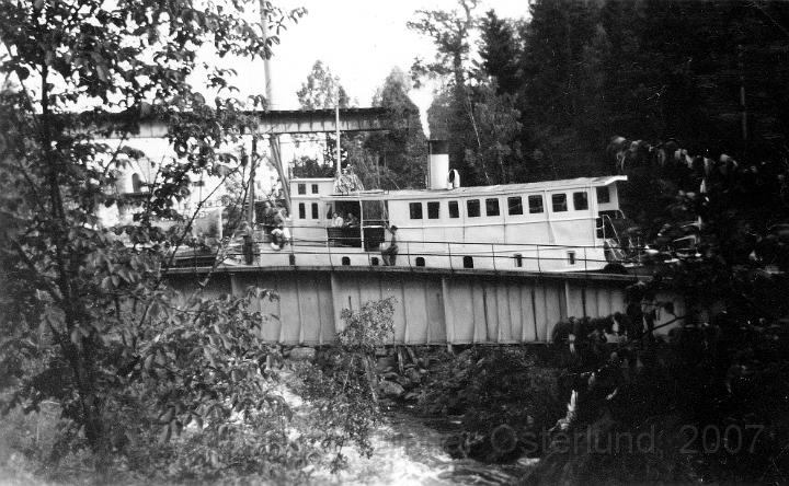 Ett fartyg passerar akvedukten i Håverud