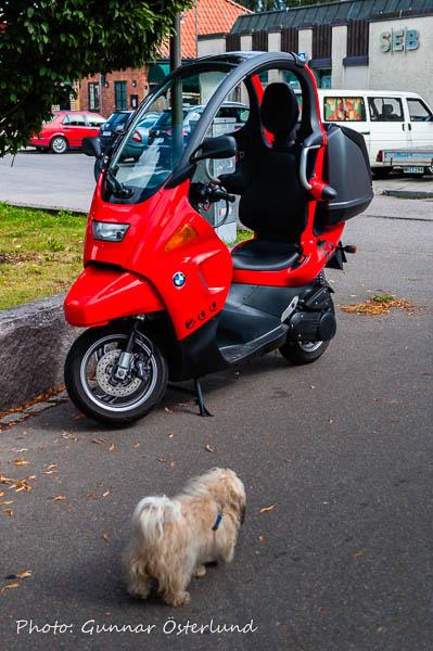 Mimi beundrar en tvåhjuling.