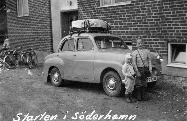 Jag och min syster vid bilen i Söderhamn.