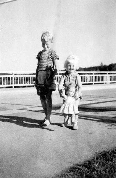 Jag och min syster på bro i Norge.