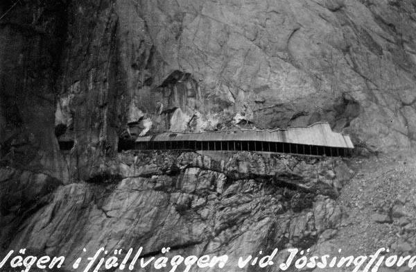 Vägen utmed Jössingfjord går som ett maskspår på bergväggen.