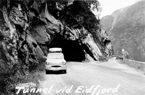 Bilen framför tunnel vid Eidfjord. Den gamla vägen går till höger.