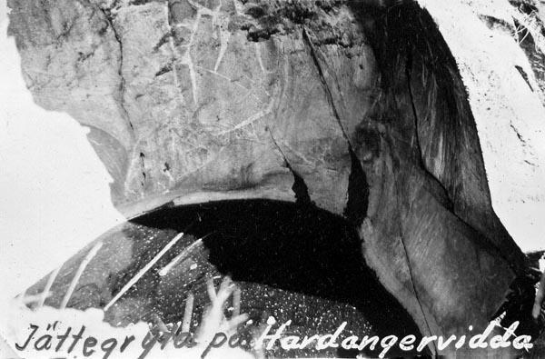 Istäckt jättegryta på Hardangervidda.