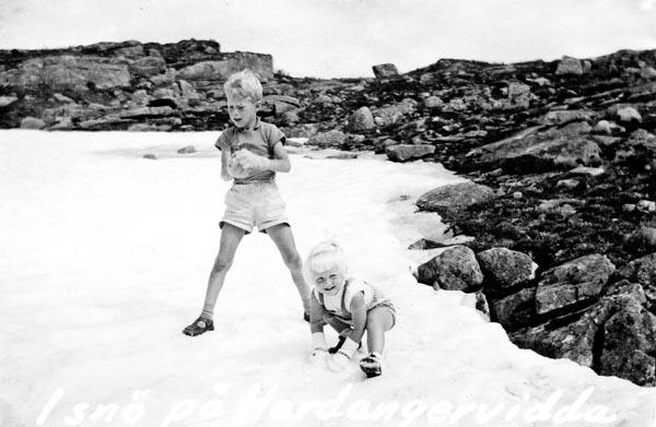 Min syster och jag kastar snöboll på Hardangervidda.