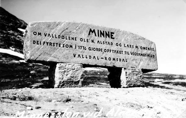 Minnessten vid högsta punkten mellan Valldal och Romsdal