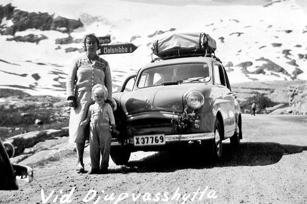 Min syster och vår mamma vid bilen vid Djupvasshytta