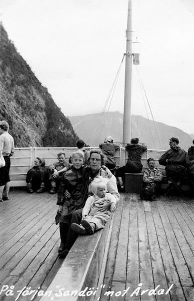 Jag, min syster och vår mamma ombord på färjan.