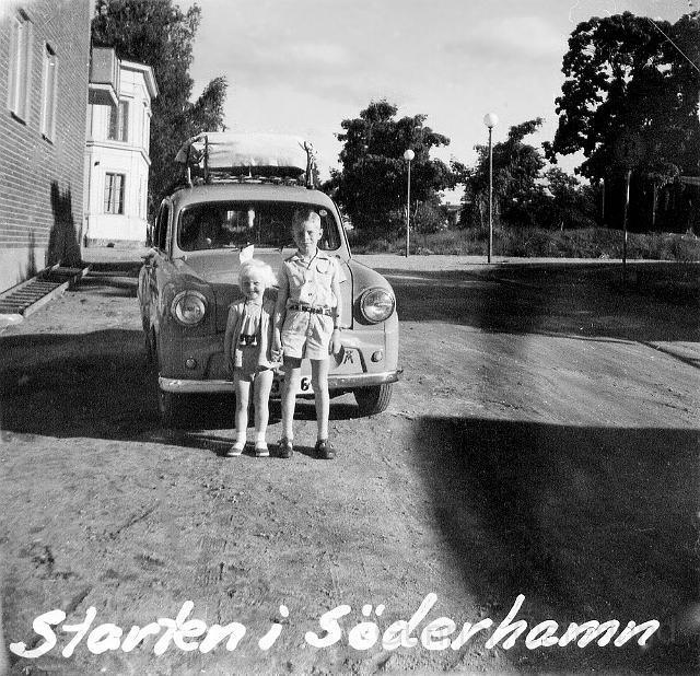 Jag och min syster framför bilen i Söderhamn.