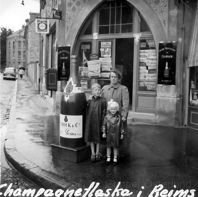Jag, min syster och vår mamma vid en vinaffär i Reims