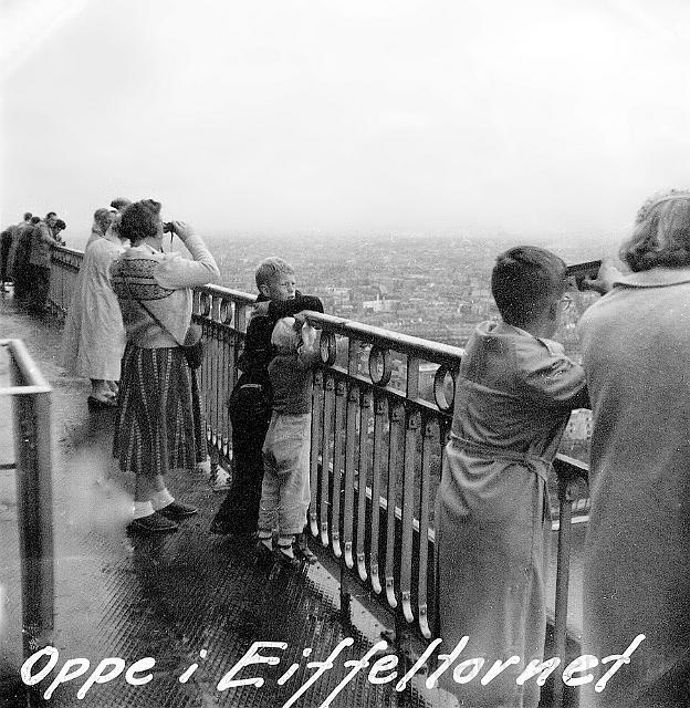 Jag, min syster och vår mamma uppe i Eiffeltornet