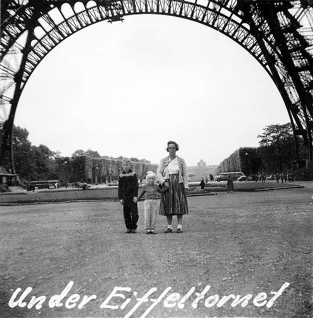 Jag, min syster och vår mamma under Eiffeltornet i Paris
