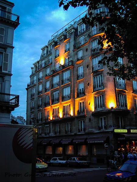 Hotell Carton i kvällsbelysning.