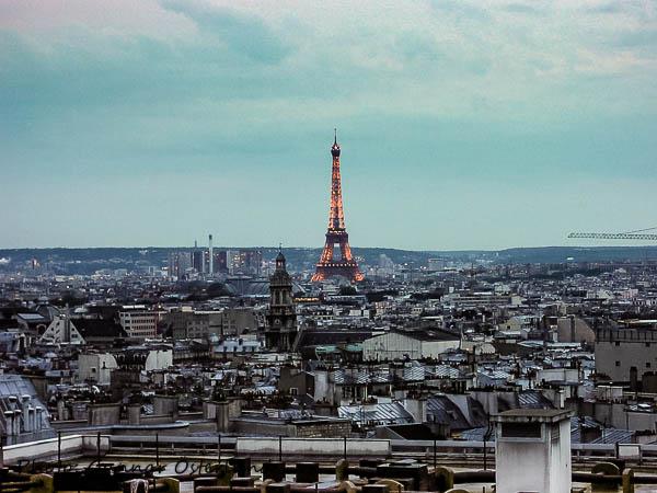 Eiffeltornet i kvällsljus från hotellets tak.