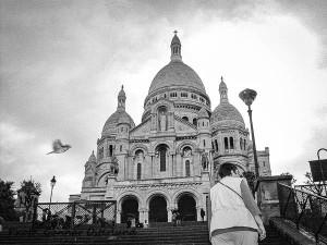 En välkänd kyrka som vakar över Paris.