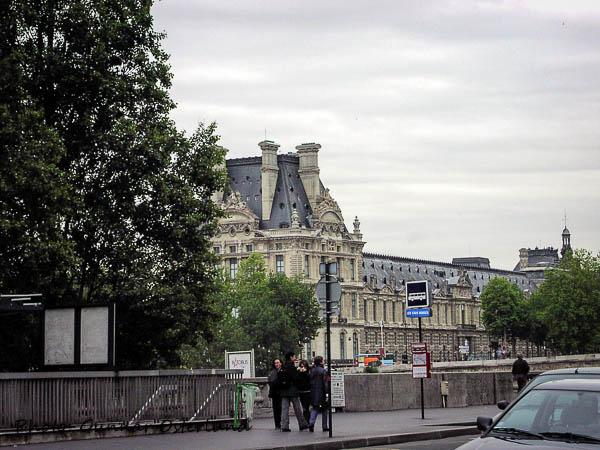 En liten del av Louvren sett från Musée d'Orsay.