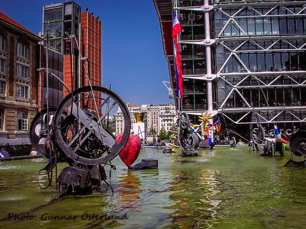 Mobiler utanför Centre Pompidou.
