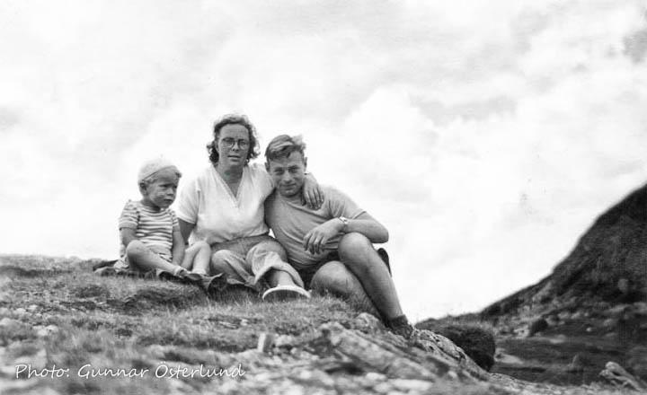 Jag och mina föräldrar uppe på Mörvikshummeln.