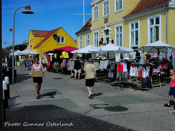 Gatumarknad i badorten Lökken.